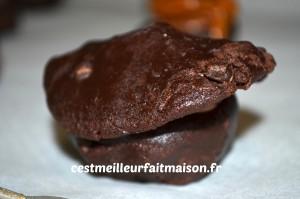 Cookies au chocolat fourrés au caramel